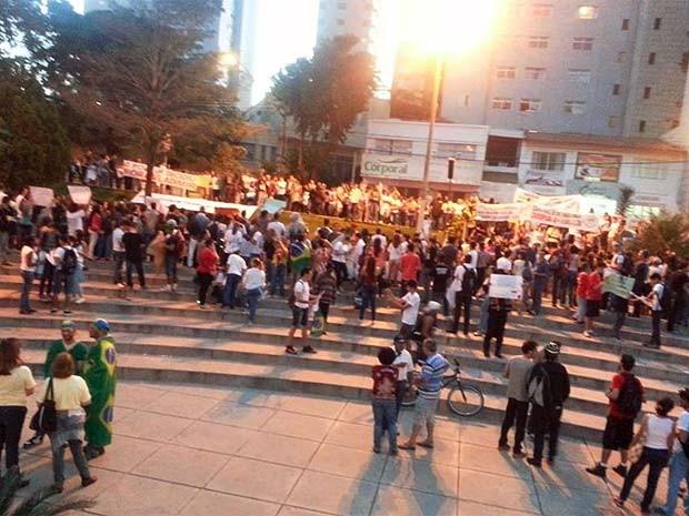 Moradores manifestam pela segunda vez em Divinópolis, MG (Foto: Anna Lúcia/G1)