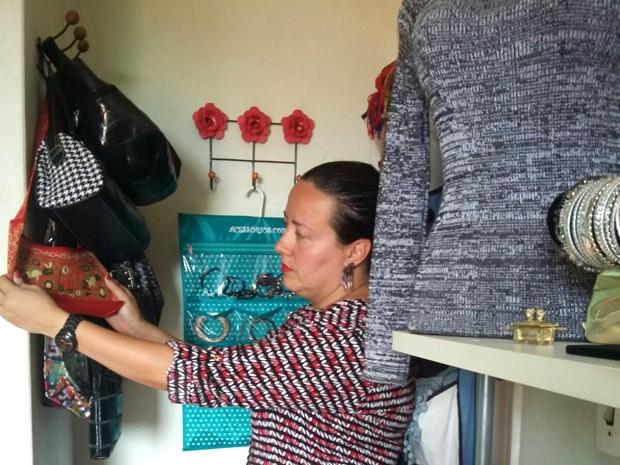 Lilian organiza roupas para vender no brechó (Foto: Dalva Araújo Cunha)