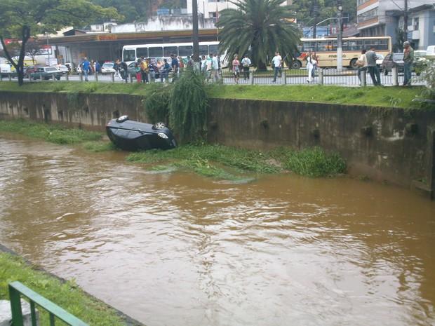 Carro no Rio Bengalas Nova Fribrugo - 2 (Foto: Danielle Grativol)