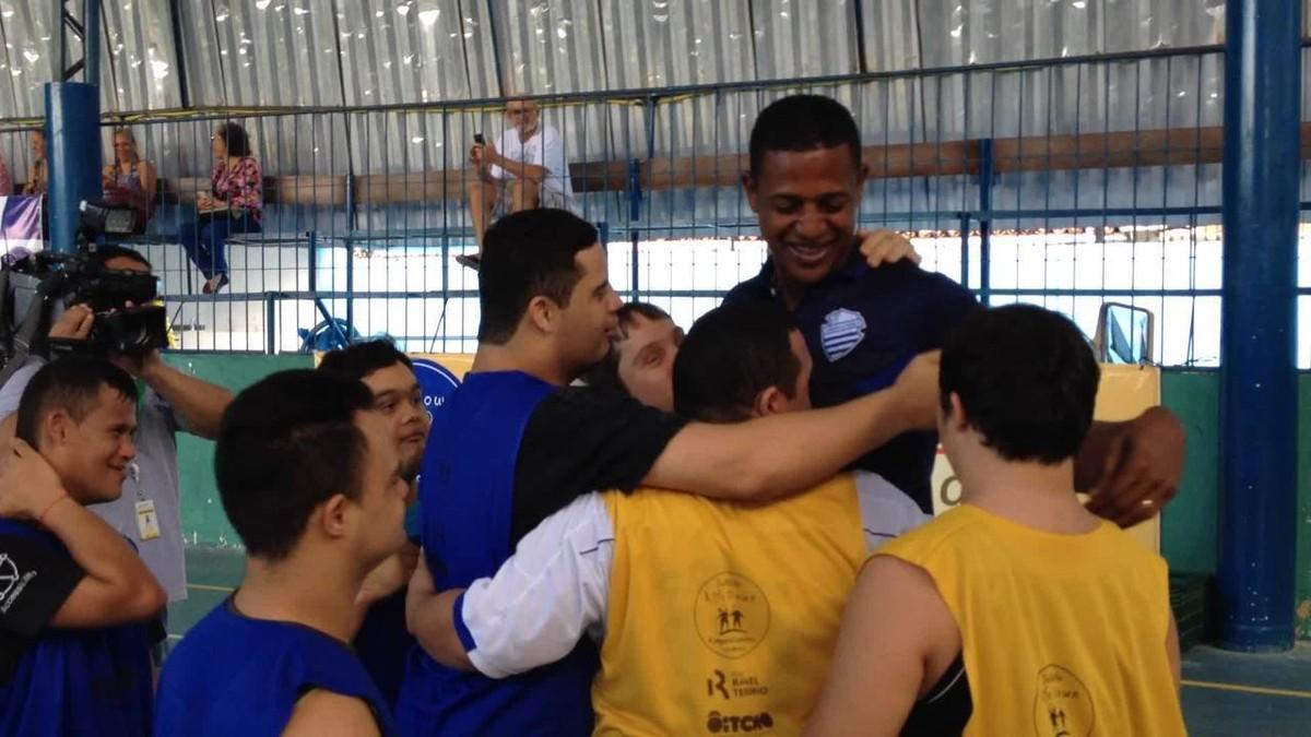Resultado de imagem para Olha quem chegou: time Down de futsal do CSA recebe visita do goleiro Mota