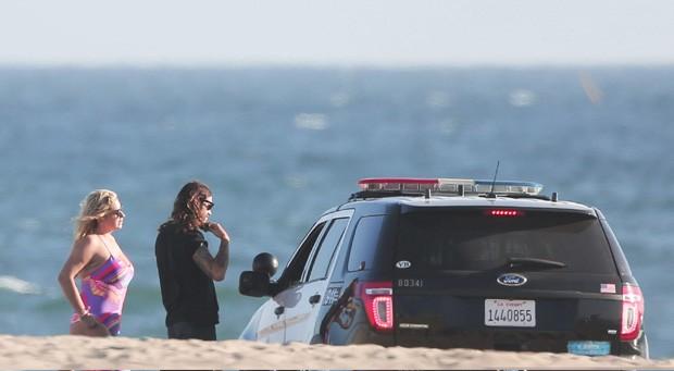 Kesha e Brad Ashenfelter abordados pela polícia (Foto: Grosby Group)