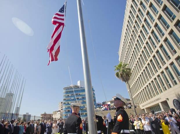 Soldados erguem bandeira dos Estados Unidos durante cerimônia de reabertura da embaixada do país em Havana nesta sexta-feira (14) (Foto: REUTERS/Pablo Martinez Monsivais/Pool)