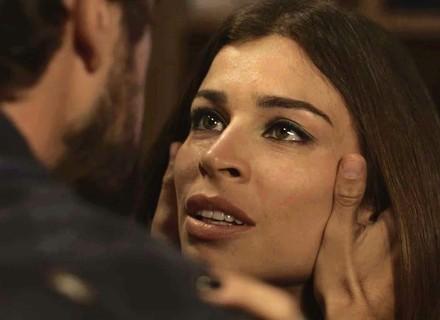 Lívia e Renato passam a noite juntos em 'O Outro Lado do Paraíso'