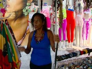 Vendedores ambulantes também não conseguem vender os produtos (Foto: Reprodução/ TV Gazeta)