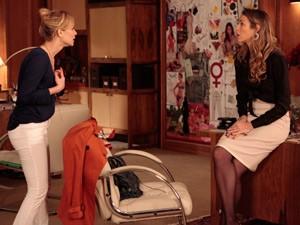 Juliana tenta desabafar com Vânia (Foto: Guerra dos Sexos/ TV Globo)