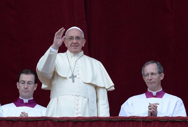 O Papa Francisco saúda os fieis durante mensagem de Natal nesta quarta-feira (25) (Foto: Filippo Monteforte/AFP)