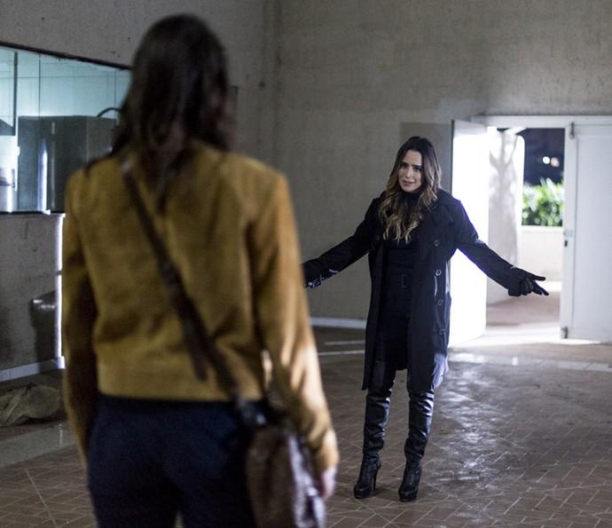 Bruna vai ao encontro de Camila no galpão (Foto: Ellen Soares/Gshow)