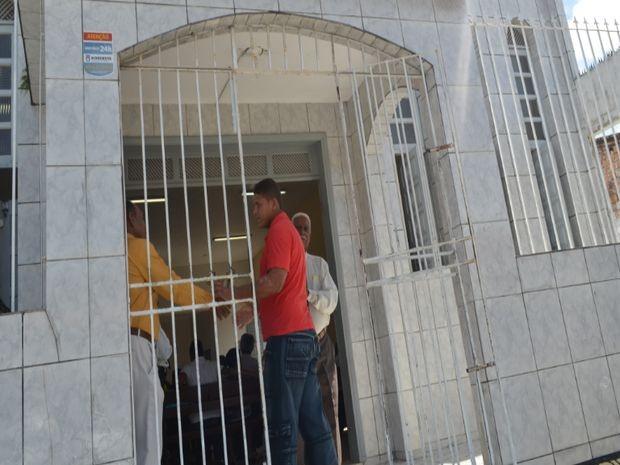 Josevaldo é recebidos por membros da igreja (Foto: Patrícia Cavalho/G1)