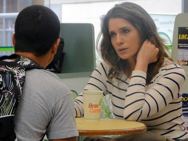 Preocupada, ela pede para o rapaz ficar de olho em Débora na escola