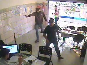 Ladrão invadiu o local armado e de capacete (Foto: Arquivo pessoal)