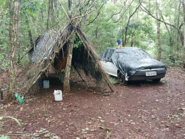 Ele construiu cabana com galhos e folhas (Foto: Assessoria/ Polícia Civil-MT)