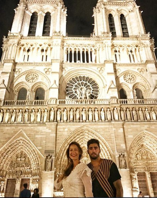 Luana Piovani e Pedro Scooby na Catedral de Notre Drame (Foto: Reprodução/Instagram)