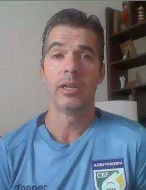 Péricles Bassols explicou usos do árbitro de vídeo (Foto: Reprodução/SporTV)
