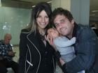 Hudson conhece o filho recém-nascido em aeroporto de São Paulo