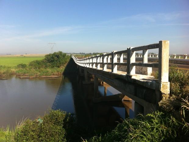 Ponte sobre o Rio Toropi, entre São Vicente e São Pedro do Sul, na BR-287, foi interditada por risco de desabamento (Foto: Vanessa Backes/RBS TV)