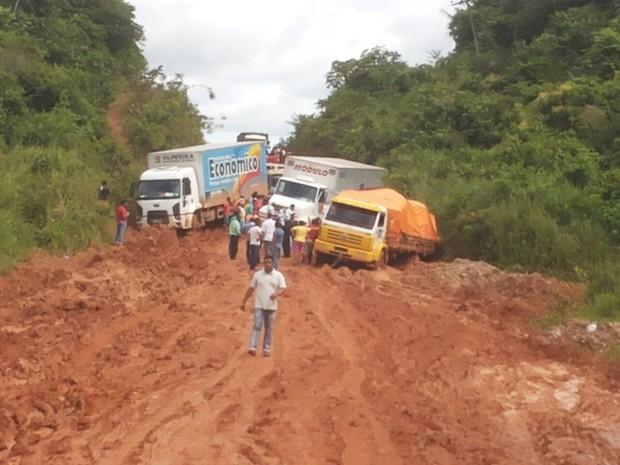 Camihões estão atolados na rodovia e motoristas passam dificuldades. (Foto:  Carmem Paula/Arquivo Pessoal)