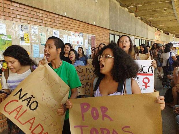 Alunas da Universidade de Brasília marcham no ICC nesta quarta-feira (1) em manifestação contra violência sexual contra mulheres (Foto: Beatriz Pataro/G1)