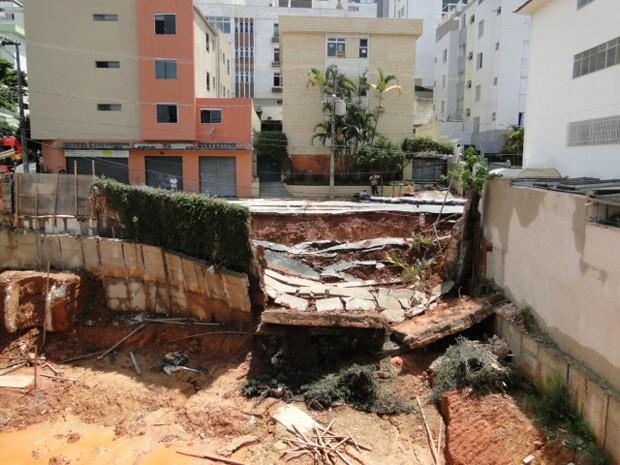 Muro de obra na Rua Cabo Verde, no Cruzeiro, em Belo Horizonte, desabou nesta quinta-feira (26) (Foto: Pedro Ângelo / G1)