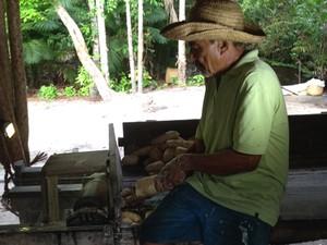 Lavrador Raimundo Andrade passa mandioca em moedor (Foto: Clarissa Carramilo/G1)