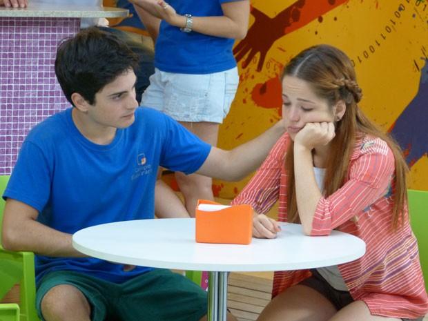 Rafa conta a Morg que vai estudar fora e garota cai no choro (Foto: Malhação / Tv Globo)