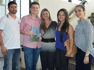 Os pais e duas amigas de Ianh Coutinho acompanharam a posse no TRE (Foto: Divulgação/ TRE Roraima)
