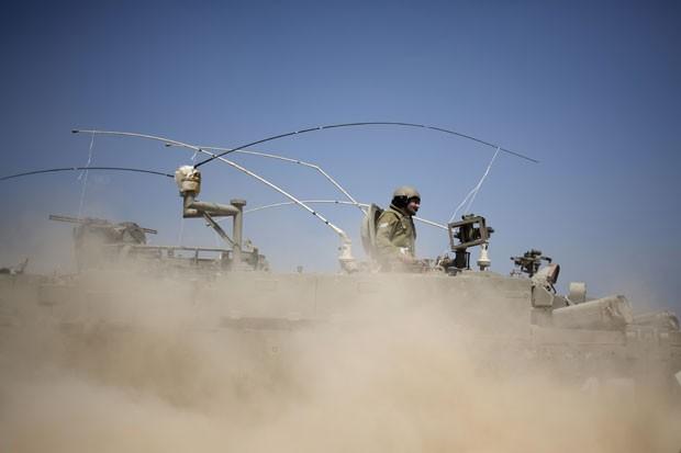 Soldados israelenses são vistos em veículo armado perto da fronteira entre Israel e a Faixa de Gaza nesta segunda-feira (7) (Foto: Ariel Schalit/AP)