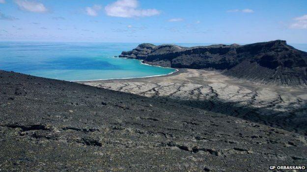 Segundo Gianpiero Orbassano, que visitou a ilha, sua superfície ainda está quente (Foto: GP Orbassano/BBC)