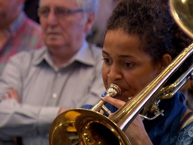 A paulista Aline vive de música na Suíça (Foto: TV Globo)