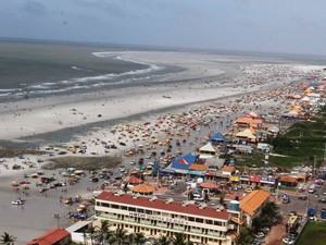 Faixa de areia da praia fica tomada por veículos (Foto: Tarso Sarraf / O Liberal)