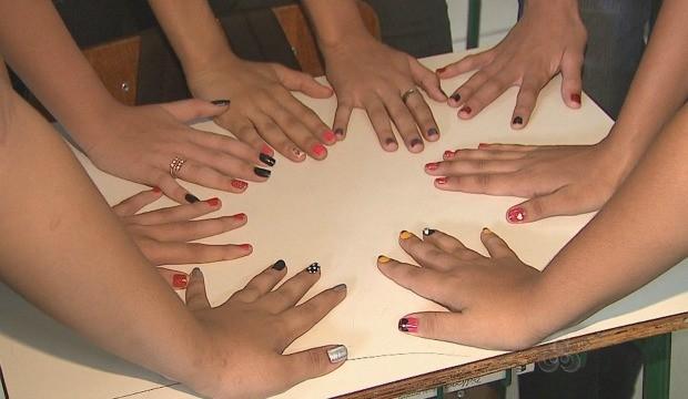 Estudantes dão dicas de como usar a criatividade na hora de pintar as unhas. (Foto: Acre TV)