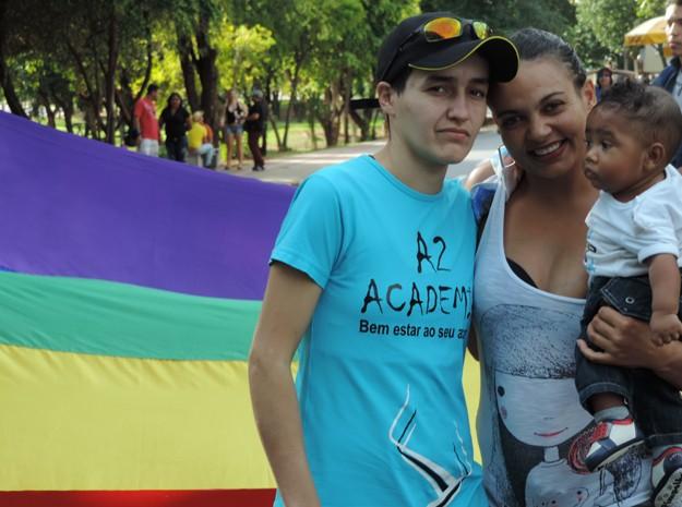 Casal levou seu filho para acompanhar o evento (Foto: Jonathan Oliveira/G1)