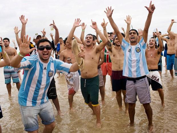 Torcida da Argentina promete invadir o Rio de Janeiro neste domingo (Foto: Rodrigo Abd/AP)