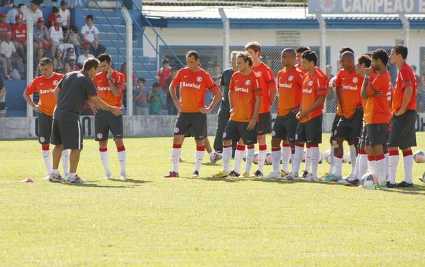Dunga orienta treino do Inter em Gramado (Foto: Diego Guichard / GLOBOESPORTE.COM)