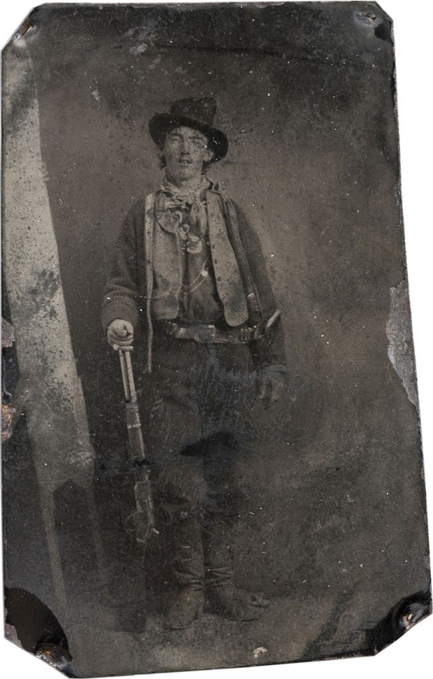 Billy the Kid naquela que era a única foto em que ele aparecia até a descoberta da nova foto. Datada de cerca de 1800, a imagem já foi considerada a foto mais icônica do Velho Oeste americano (Foto: AFP/Brian Lebel Old West Show and Auction)