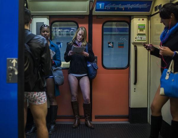 Mulheres participam do dia sem calças, que ocorre pelo 5º ano em Madri, na Espanha (Foto: Andres Kudacki/AP Photo)
