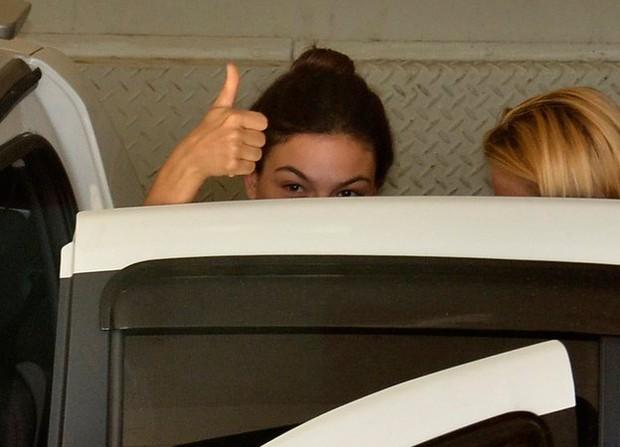 Isis Valverde saindo do hospital (Foto: Roberto Teixeira/EGO)