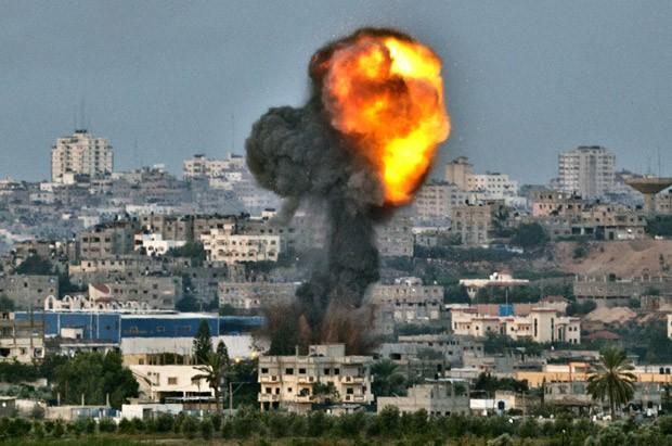 Bombardeio israelense ergue fumaça sobre a cidade de Gaza nesta sexta-feira (16) (Foto: Jack Guez/AFP)