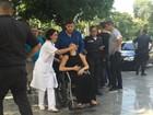 Mãe e mulher de PM morto passam mal durante velório no Rio