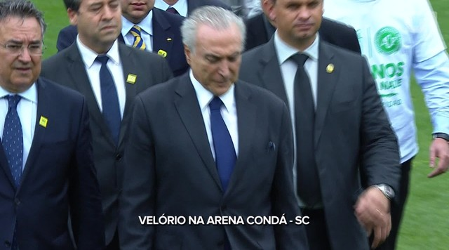 Presidente Michel Temer deixa estádio Condá