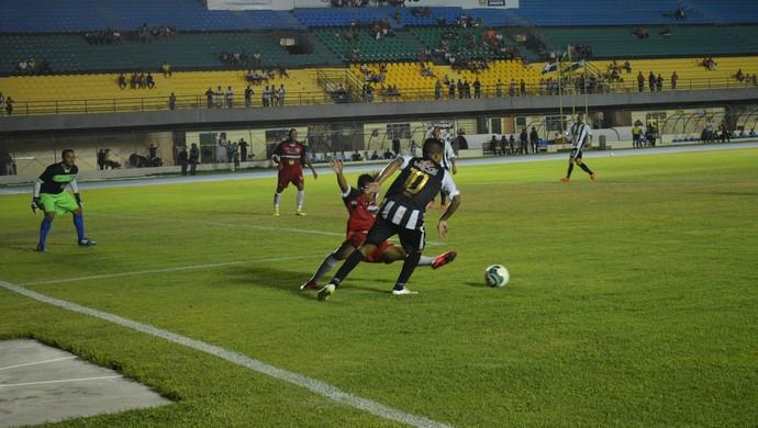 Lance da partida entre Santos-AP e São Paulo pelo Amapazão 2015 (Foto: Rafael Moreira/GE-AP)