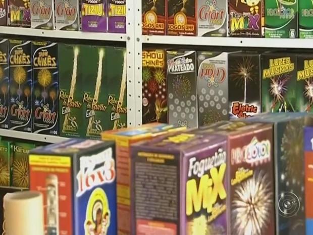 Virada de ano é hora de soltar fogos de artíficio ou rojão (Foto: Reprodução/ TV TEM)