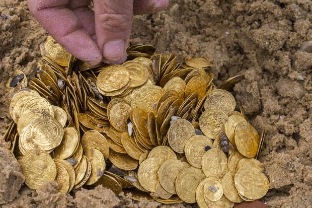 Moedas encontradas em Israel (Foto: Jack guez/AFP)