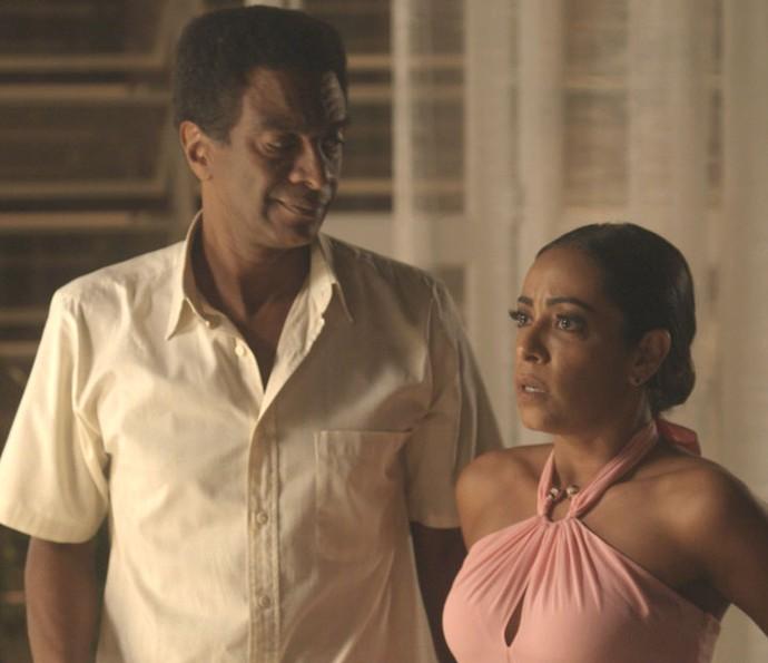 Dorinha tenta se explicar para Carolina pensando ter beijado o marido da irmã (Foto: TV Globo)