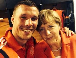 Podolski tira selfie com Angela Merkel (Foto: Reprodução / Facebook)