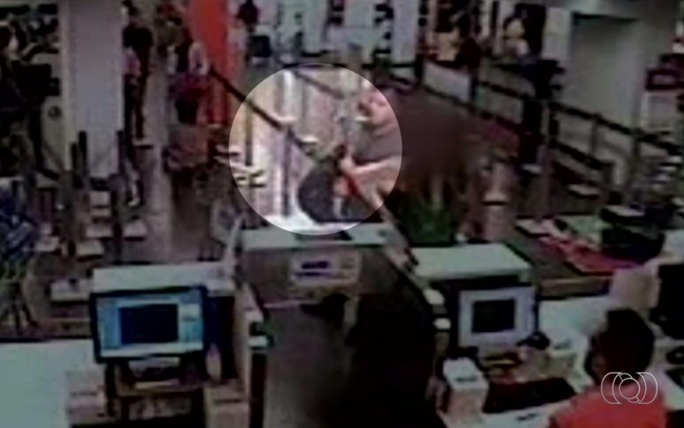 Vídeo revela homem escondendo bolsa furtada no aeroporto de Goiânia  (Foto: Reprodução/TV Anhanguera)