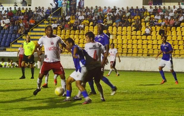 Diego Palhinha tenta fugir da marcação São José Capivariano (Foto: Tião Martins/ São José E.C)