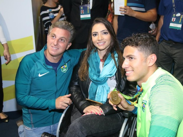 Luciano Huck, Lais Souza e Thiago Braz em evento na Zona Oeste do Rio (Foto: Daniel Pinheiro/ Ag. News)