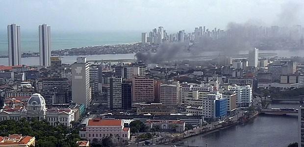 Incêndio atinge prédio comercial no Centro do Recife (Foto: Reprodução / TV Globo)