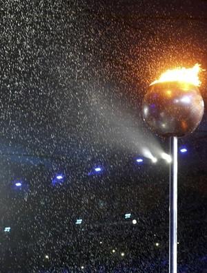 Chuva apaga a pira olímpica encerramento