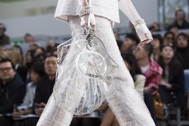 A Chanel foi apenas uma das marcas a apostar no material, sem dúvida, a matéria-prima do momento (Foto: Getty Images)